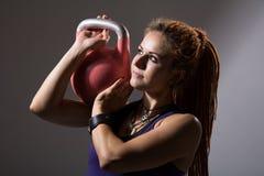Портрет близкий вверх молодого привлекательного женского делая колокола e чайника Стоковое Изображение