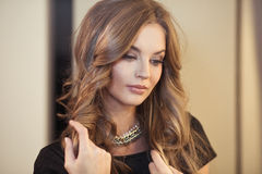Портрет близкий вверх молодой красивейшей женщины Стоковые Фото