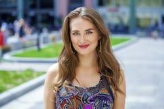 Портрет близкий вверх молодой красивой белокурой женщины, на предпосылке стоковая фотография rf