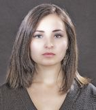 Портрет близкий вверх молодой красивой женщины, на зеленой предпосылке Стоковые Изображения