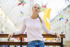 Портрет близкий вверх молодой красивой счастливой женщины стоковые фотографии rf