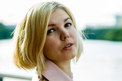 Портрет блондинкы в парке Стоковые Фото