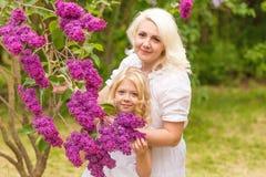 Портрет блондинкы в сирени Стоковое фото RF