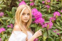 Портрет блондинкы в сирени Стоковая Фотография