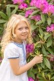 Портрет блондинкы в сирени Стоковые Изображения RF