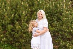 Портрет блондинкы в сирени Стоковая Фотография RF