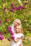 Портрет блондинкы в сирени Стоковые Фото