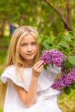 Портрет блондинкы в сирени Стоковое Изображение