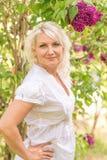 Портрет блондинкы в сирени Стоковое Изображение RF