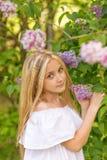 Портрет блондинкы в сирени Стоковое Фото