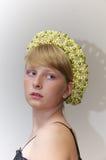 Портрет блондинкы в tiade шариков цвета слоновой кости и зеленых Стоковое фото RF