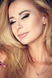 портрет блондинкы при закрытые глаза Стоковое Фото