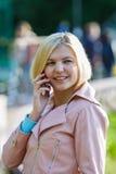 Портрет блондинкы с телефоном Стоковые Фото