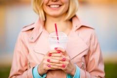 Портрет блондинкы с milkshake Стоковые Фото
