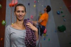 Портрет веревочки нося спортсмена пока стоящ против стены человека взбираясь в клубе Стоковое фото RF
