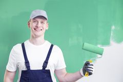 Портрет верхнего тела молодого, усмехаясь домашнего работника p реновации стоковое фото rf