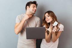 Портрет веселой счастливой пары ходя по магазинам совместно Стоковое Изображение RF