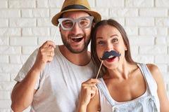 Портрет веселых пар держа бумажные бабочку и стекла Стоковые Изображения