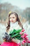 Портрет весны вертикальный романтичной девушки ребенка с букетом тюльпанов на прогулке Стоковое Изображение