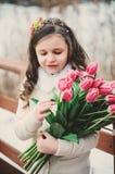Портрет весны девушки ребенка с букетом тюльпанов на прогулке Стоковое фото RF