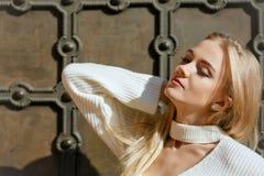 Портрет весны молодой модели с естественным макияжем и безупречной кожей представляя около ворот металла нанесенных Космос для те стоковое фото rf