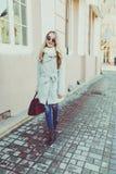 Портрет весны счастливой девушки на прогулке Стоковые Фото