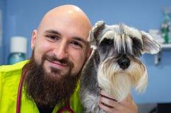 Портрет ветеринара и шнауцера стоковое изображение