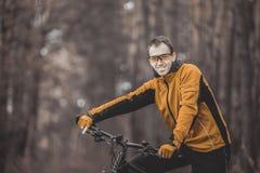 Портрет велосипедиста в лесе Стоковое Изображение