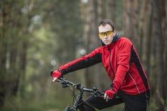 Портрет велосипедиста в лесе Стоковая Фотография