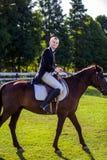 Портрет взгляда со стороны верховой лошади человека на поле Стоковая Фотография RF