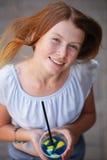 Портрет взгляд сверху милой девушки держа холодное голубое питье с лимоном Стоковые Фотографии RF