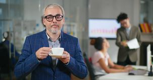 Портрет взрослого кавказского успешного человека акции видеоматериалы