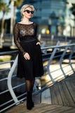 Портрет взрослой модной женщины в солнечных очках стоковая фотография
