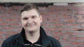 Портрет взрослого человека в черной куртки улыбке задушевно в камере отливка active акции видеоматериалы