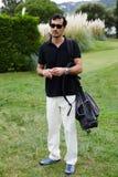 Портрет взрослого человека игрока гольфа стоя на красивом поле для гольфа Стоковое Изображение RF