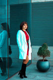 Портрет взрослой женщины брюнет outdoors представляя Стоковые Изображения RF