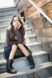 Портрет взрослой женщины смешанной гонки молодой на лестнице Стоковое Изображение RF