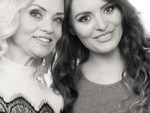 Портрет взрослой дочери с матерью Стоковая Фотография