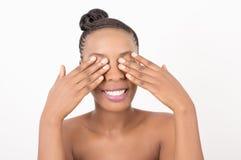 Портрет вид спереди женщины красоты рук с глазами стоковая фотография rf