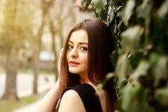 Портрет внимательной молодой милой женщины на улице стоковые фотографии rf