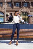 Портрет внутри полнометражный, молодые бизнес-леди в белой рубашке стоковые фото