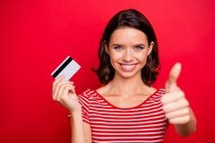 Портрет возбужденной смешной милой дамы чувствовать уверенным дает превосходное решение выбора совета рекламы для того чтобы прод стоковое фото