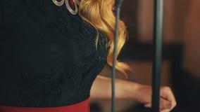 Портрет вокалиста с красными губами составляет танцы на микрофоне Пальцы щелчка акции видеоматериалы