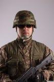 Портрет вооруженного солдата - смотреть камеру стоковая фотография