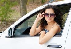 Портрет водителя девушки с солнечными очками внутри автомобиля Стоковая Фотография RF