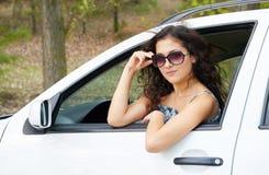 Портрет водителя девушки с солнечными очками внутри автомобиля Стоковое Изображение