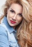 Портрет волос девушки красоты шикарный на белой предпосылке в джинсовой ткани Стоковые Фотографии RF