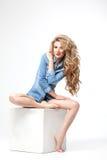 Портрет волос девушки красоты шикарный на белой предпосылке в джинсовой ткани Стоковая Фотография RF