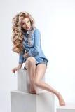 Портрет волос девушки красоты шикарный на белой предпосылке в джинсовой ткани Стоковые Изображения