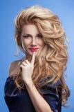 Портрет волос девушки красоты шикарный на голубой предпосылке в джинсовой ткани Стоковое Фото